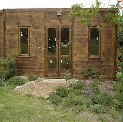 insulated cube summer house / garden studio